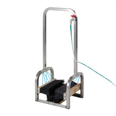 LAVASCARPE IN ACCIAIO INOX Permette di aggredire fango e sporco in maniera uniforme. Dimensioni cm 34,5x31x85h
